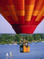 Полет на воздушном шаре около воды