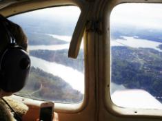 Живописный вид на реку из кабины самолёта