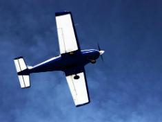 Двухместный самолёт NG-4, проходит над полосой